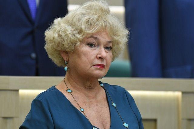 «Стоят бомжового вида люди». Сенатор Людмила Нарусова — об одиночных пикетах у здания Совета Федерации