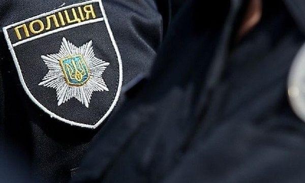 В Киеве парень ради хайпа запустил в лицо полицейского тарелкой со сливками