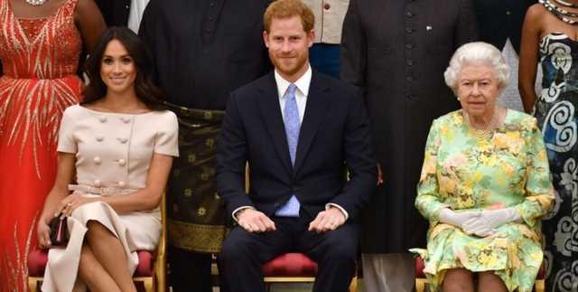 """Королева """"изрядно взбесилась"""". Принца Гарри и Меган Маркл могут лишить их титулов"""