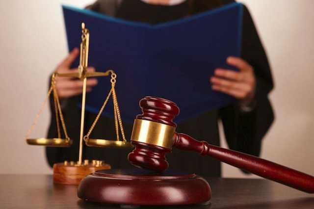 Двое торговцев разрешениями на оружие сели под домашний арест
