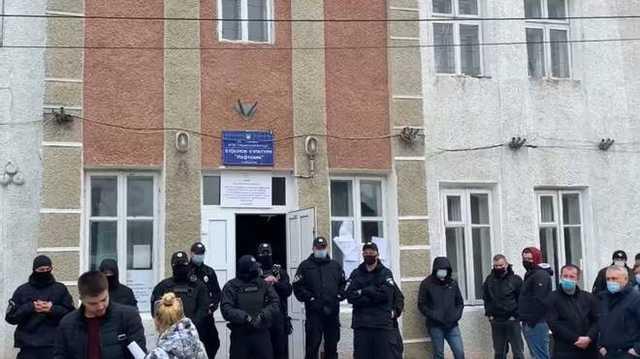 На Прикарпатье до сих пор не могут подсчитать голоса, участок окружила полиция