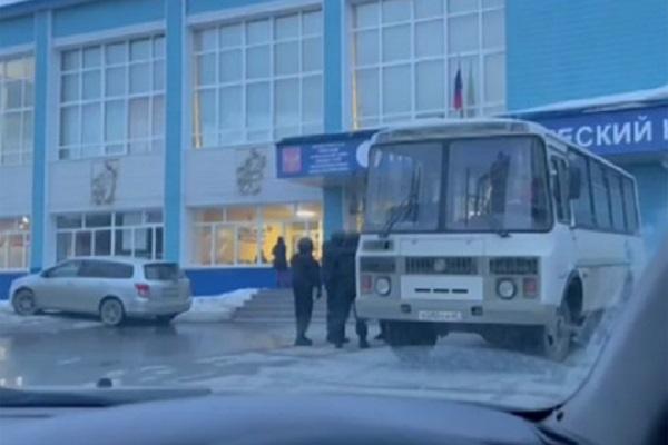 Бойцы ОМОН уложили лицом на пол детей из бойцовского клуба «Ахмат»