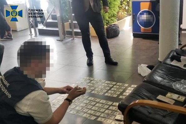В Киеве сотрудник СБУ требовал 100 тысяч долларов у сотрудника банка