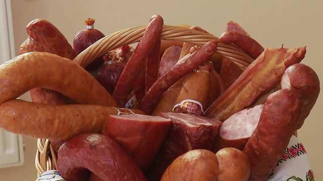 """В Украине продают колбасу с червями: известный мясокомбинат """"попался"""" дважды"""