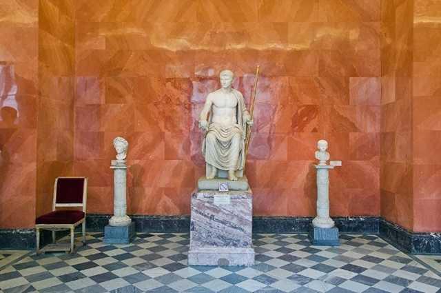Эрмитаж получил жалобу от чиновников о плохом влиянии обнаженных скульптур на школьников