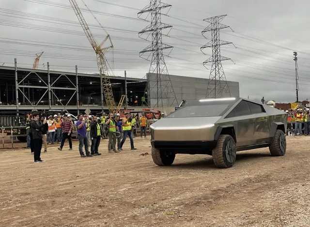 Илон Маск посетил завод в Техасе на Cybertruck и показал салон пикапа