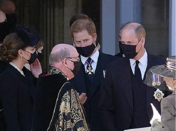 Первый шаг к примирению: принцев Гарри и Уильяма с Кейт Миддлтон заметили беседующими после похорон принца Филиппа