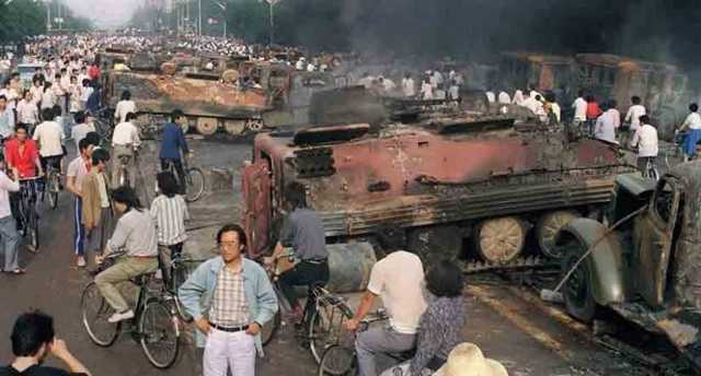 Китайцев 32 года заставляют забыть о бойне на майдане Тяньаньмэнь