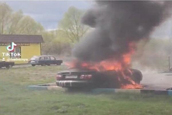 Под Москвой загорелся автомобиль с запертыми внутри детьми
