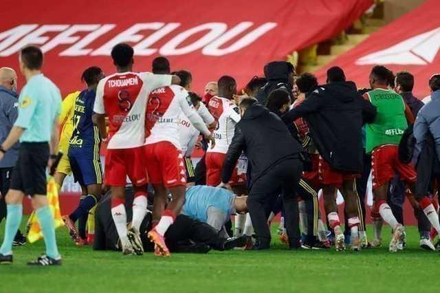 Матч чемпионата Франции закончился массовой дракой футболистов