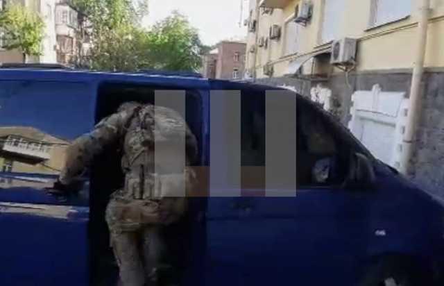 После обыска в офисе ОПЗЖ сотрудник СБУ еле попал в автомобиль