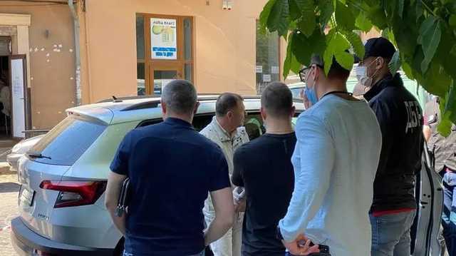 В Ужгороде ГБР задержало сотрудника фискальной службы и его помощника на взятке в 180 тысяч гривен