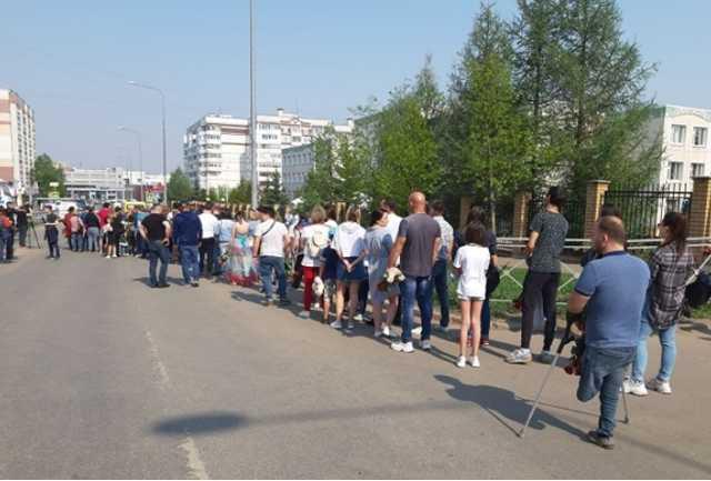 В Казани выстроилась очередь к стихийному мемориалу у гимназии №175