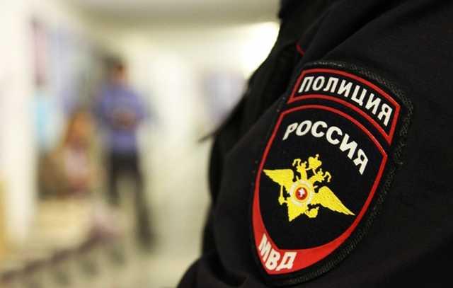 Полицейский жестко скрутил помощницу депутата за отсутствие маски: кадры ареста