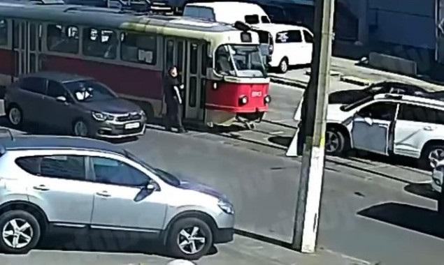 """Киевский чиновник на джипе заблокировал движение трамвая и устроил """"разборки"""""""