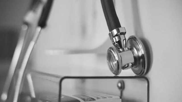 """В Киеве гинеколога из частной клиники будут судить за ошибку при """"Кесаревом сечении"""""""