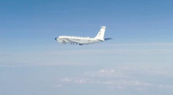 Полет американского разведчика у границ России попал на видео