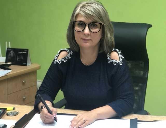 Недвижимость расписала на родню, а новую иномарку за 1 млн грн купила на себя. Что известно о главном налоговике в Луганске