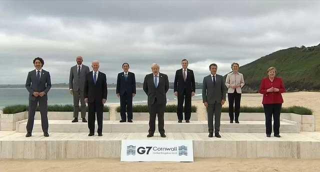 Саммит G7 начался с яркой фотосессии на пляже