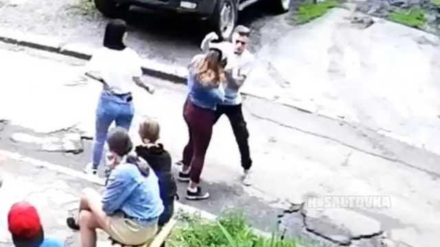 В Харькове 16-летний подросток жестоко избил 14-летнюю девушку на глазах у свидетелей