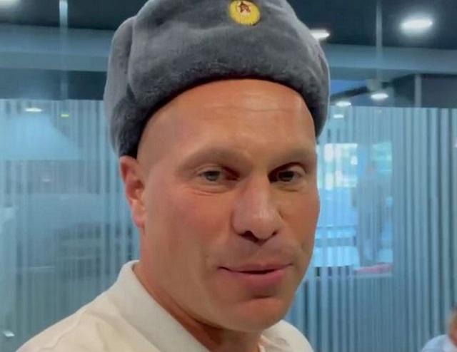 Киве вручили повестку за шапку-ушанку с символикой Советской Армии