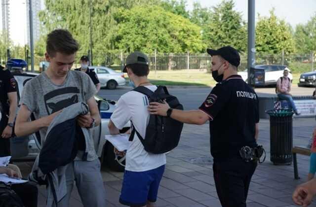 В Москве задержали сборщиков подписей за кандидата в Госдуму Романа Юнемана