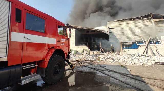 В Киеве вспыхнул серьёзный пожар: чёрный дым видно за сотни метров