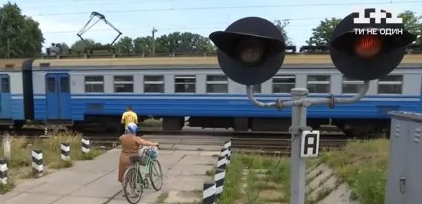 Он не видит, она не слышит. Священник и его поводырь угодили под колеса поезда в Коростене