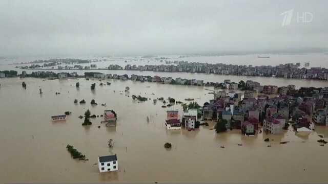 В Китае 12 человек утонули в затопленном метро — жуткие видео наводнения