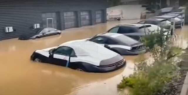 В Германии из-за наводнения затопило автосалон с новенькими Porsche
