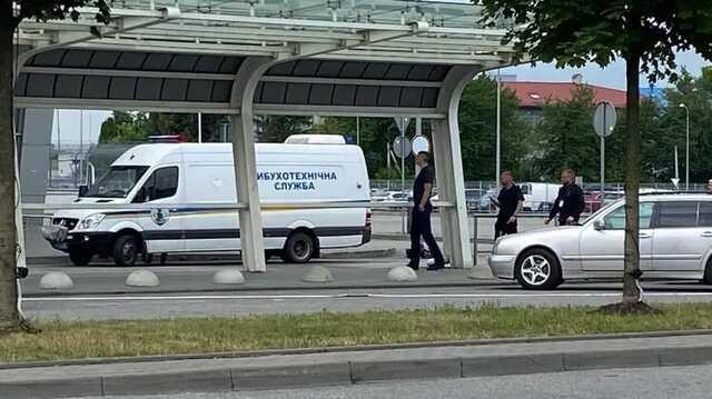 Во Львове из-за подозрительной сумки из аэропорта эвакуировали сотни человек