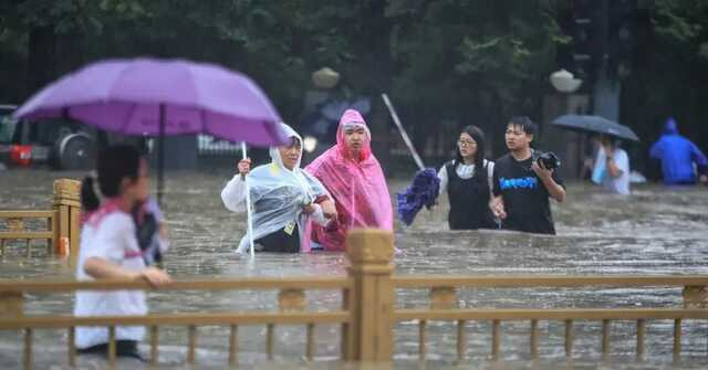 Непогода в Китае: Наводнение разрушило плотину и затопило метро, погибли 12 человек