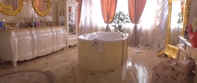 «Когда пришел, все было выстроено». Глава ставропольского ГИБДД заявил, что «дворец» с золотым унитазом построила его гражданская жена