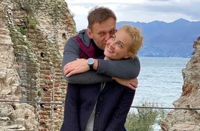 Навальный поздравил жену с днем рождения, пообещав расплавить стекла, которые их разделяют