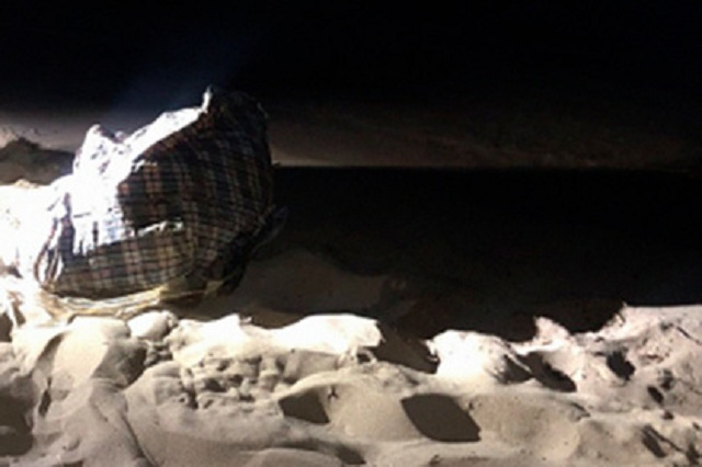 Связанную мертвую женщину нашли в сумке на российском пляже