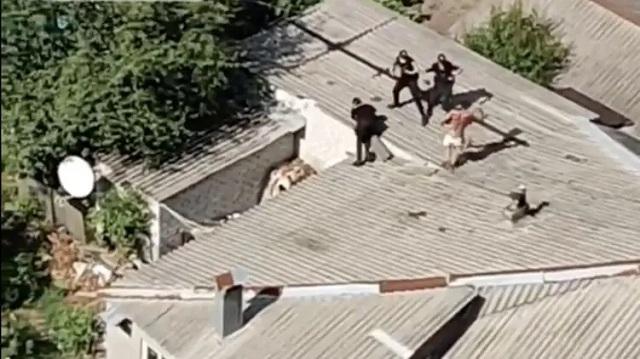 В Харькове голый психбольной дрался на крыше дома с полицией. Один коп сорвался вниз