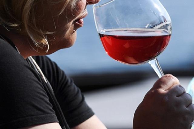 Выпившая красное вино россиянка впала в кому и умерла