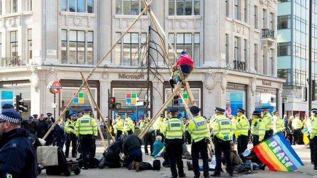 В центре Лондона протестующие парализовали движение