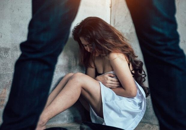 Петербурженка пригласила домой мужчину, он изнасиловал её дочь