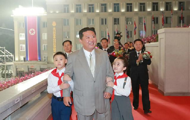 """Ким Чен Ын на военном параде удивил внешним видом: похудел и """"помолодел"""""""