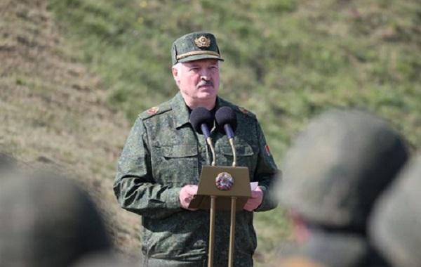 """Лукашенко заявил, что не будет разговаривать с Западом, пока с Беларуси не будут сняты """"безмозглые санкции"""""""