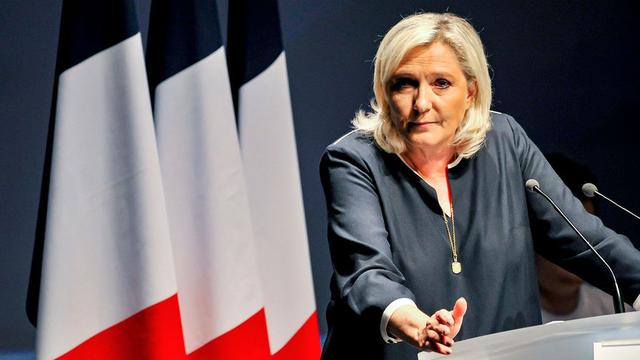 «Преступников в тюрьму, иностранцев в самолёт»: Ле Пен озвучила обещания, с которыми пойдёт на выборы президента Франции