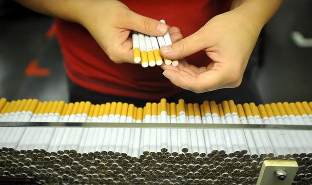 Крупнейшая сигаретная компания Британии прекратила работать с белорусской фабрикой