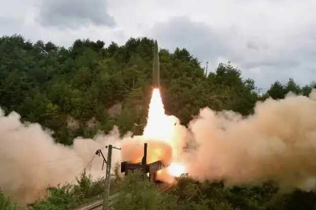 В КНДР запустили ракету с поезда