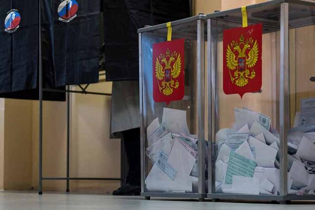 В Красноярске глава избиркома попросил толпу не голосовать сегодня. Его проигнорировали