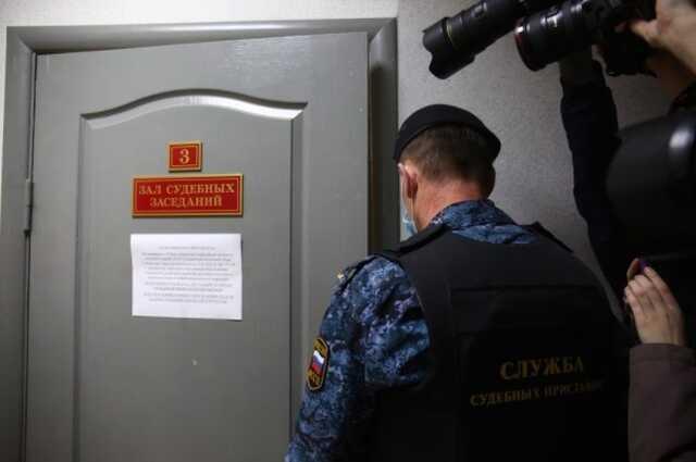 Петербуржца оштрафовали за то, что он написал на щитах кандидатов в Госдуму слово «воры»