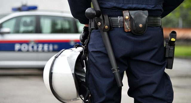 В Австрии полицейский подал в суд на пользователей Facebook, которые с оскорблениями репостнули его фото