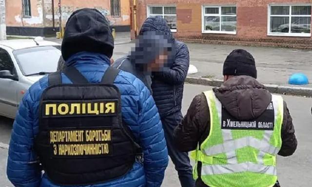 """В Хмельницком учитель лицея торговал наркотиками: """"работал"""" даже во время перемен между уроками"""