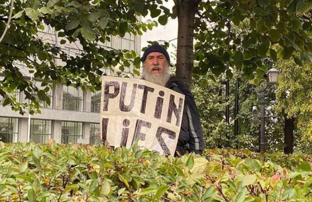 На акции коммунистов в Москве мужчина с плакатом «Putin lies» привязал себя к дереву