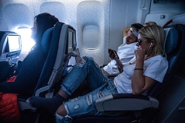 Пассажиры летевшего в Сочи самолёта рассказали о панике после удара молнии
